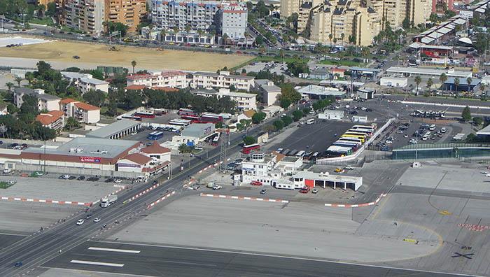 En la foto se aprecia la proximidad del aeropuerto de Gibraltar y la zona urbana de La Línea