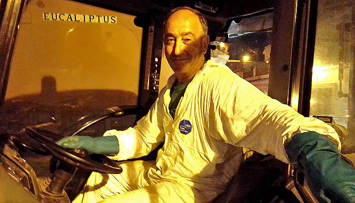 José Manuel Vázquez durante su labor de desinfección