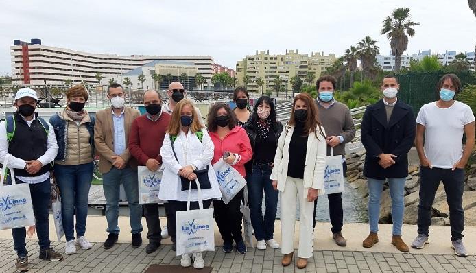 El alcalde y concejales junto a agentes de turismos. Foto: lalínea.es