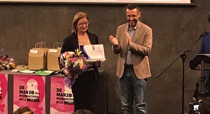 El alcalde entregó el premio a María Cruz Arroyo