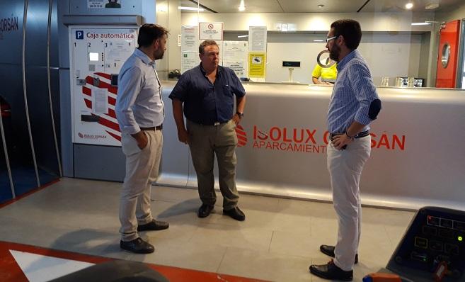 Daniel Martínez y Juan Franco junto al responsable de la empresa