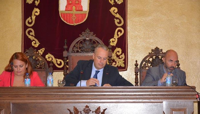El alcalde de San Roque, Juan Carlos Ruiz Boix, durante el pleno de hoy