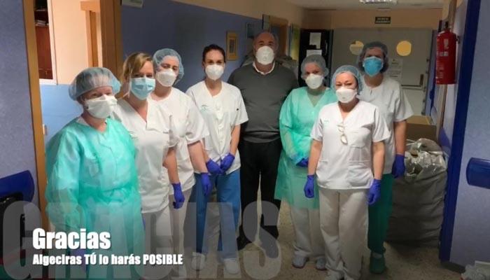El alcalde de Algeciras con el personal sanitario del Punta Europa