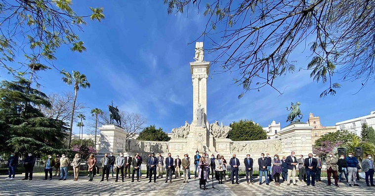 Alcaldes de la provincia, esta mañana en la Plaza de España, en Cádiz. Foto: NG