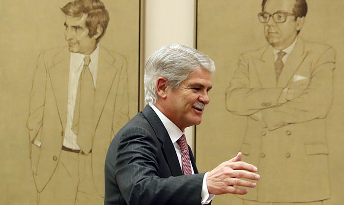 El ministro Dastis, en los pasillos del Congreso