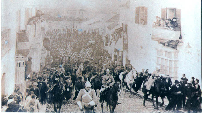 Alfonso XIII subiendo a caballo la sanroqueña calle San Felipe (Familia Castilla)