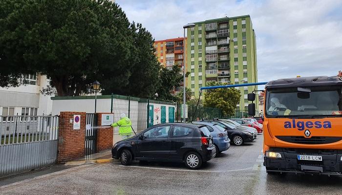 El Ayuntamiento desinfecta los accesos a centros sanitarios y de mayores