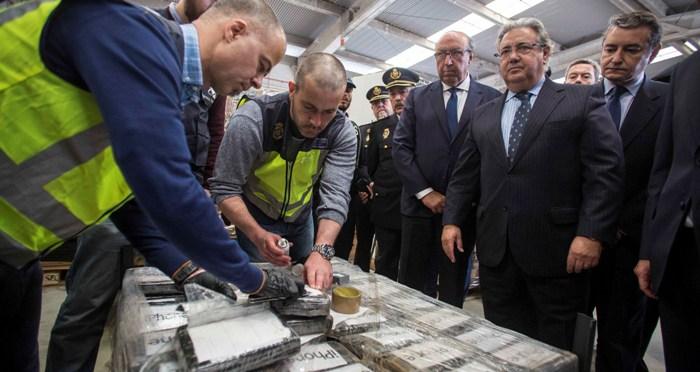 El ministro Zoído, ante parte de la droga incautada
