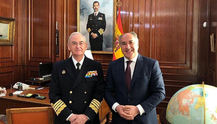 El alcalde con el almirante general jefe del Estado Mayor de la Armada