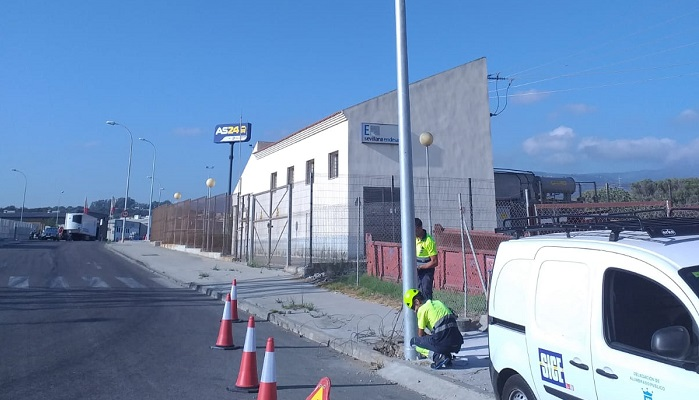 Alumbrado repone once puntos de luz en el polígono industrial La Menacha