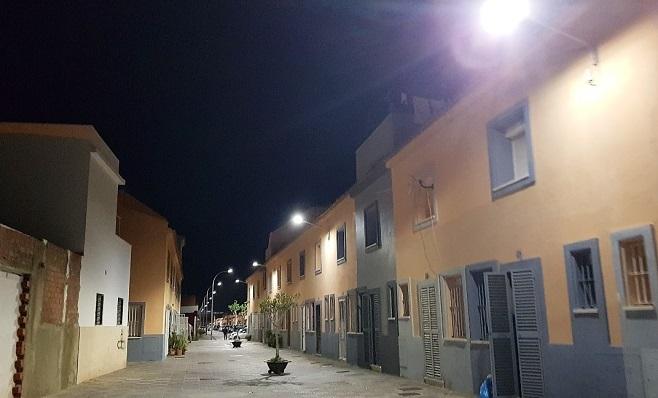 Así luce una de las calles de la barriada, ya con el nuevo alumbrado