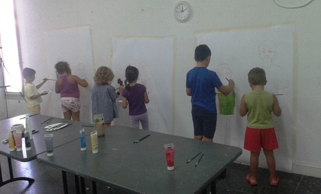 Alumnos de un centro educativo dibujando en su jornada lectiva