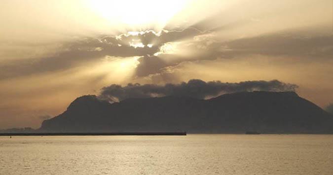 Amanecer en la Bahía de Algeciras. Foto Tani