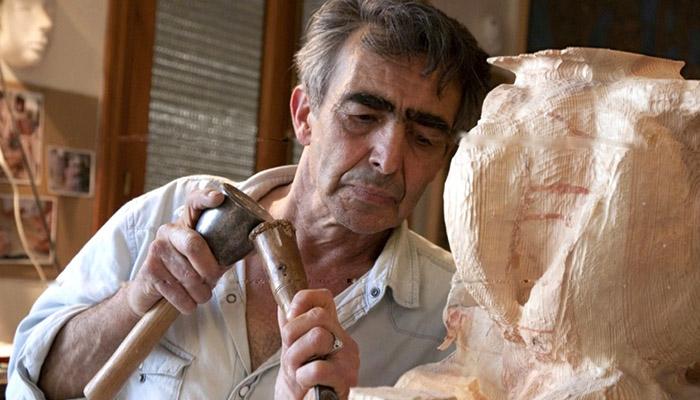 El escultor de San Roque, trabajando en una imagen de archivo
