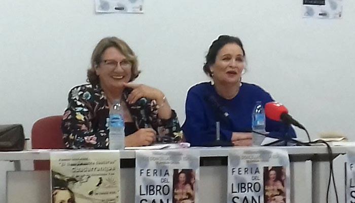 Ángeles Chozas en la pasada Feria del Libro de San Roque, junto a Maite Chacón, presentadora de Canal Sur