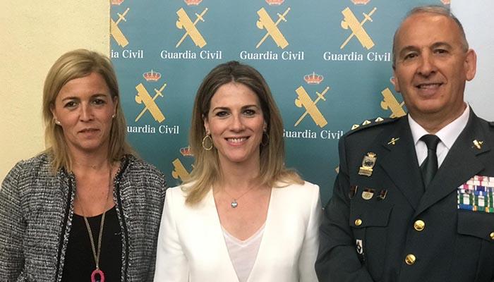 El coronel Jesús Núñez junto a Ana Mestre y Eva Pajares