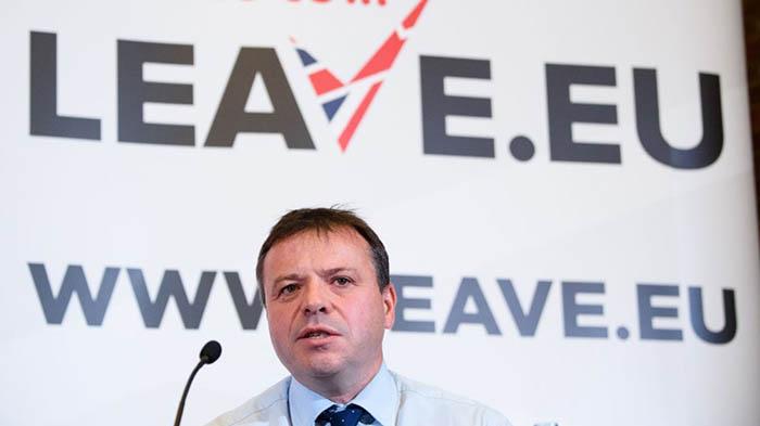 Arron Banks, ante un cartel de la campaña Leave.eu