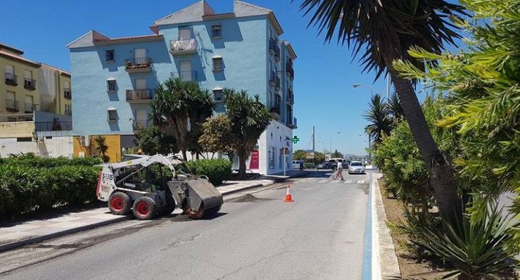 Una imagen de archivo de la ejecución de obras de asfaltado en La Línea
