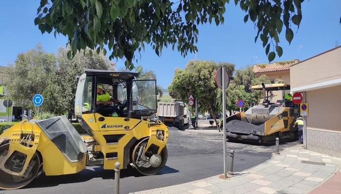 El Ayuntamiento continúa con los trabajos de asfaltado en Aguamarina