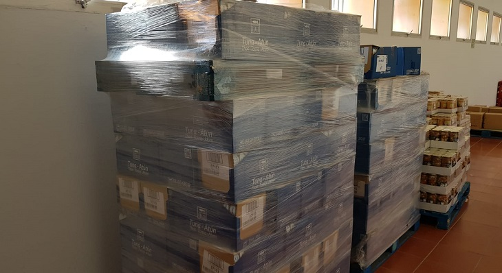 Parte del cargamento de atún claro donado hoy por Ubago