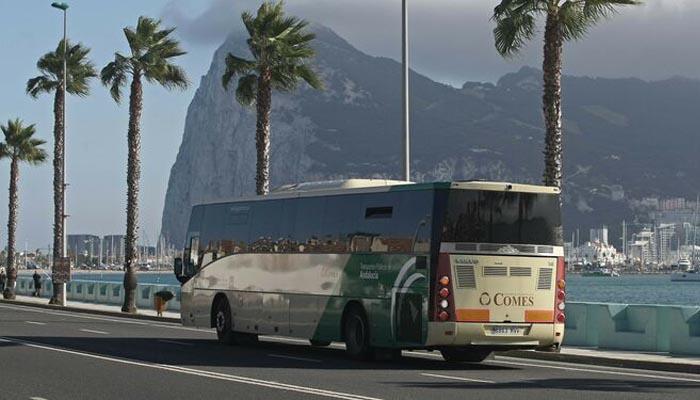 Un autobús del Consorcio circulando por La Línea de la Concepción