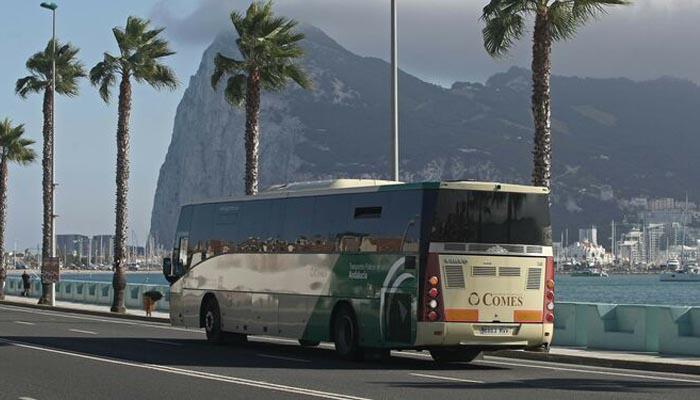 Uno de los autobuses de Comes circulando por La Línea