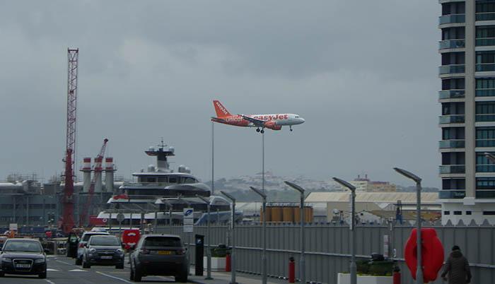 Un avión con destino a Gibraltar es alcanzado por un rayo y desviado a Málaga