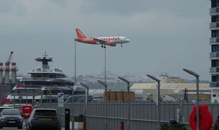 Un avión de línea se dispone a aterrizar en Gibraltar