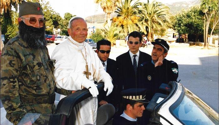 El recordado Bachito disfrazado de Juan Pablo II. A la izquierda, Palmero, otro popular carnavalero, también desaparecido
