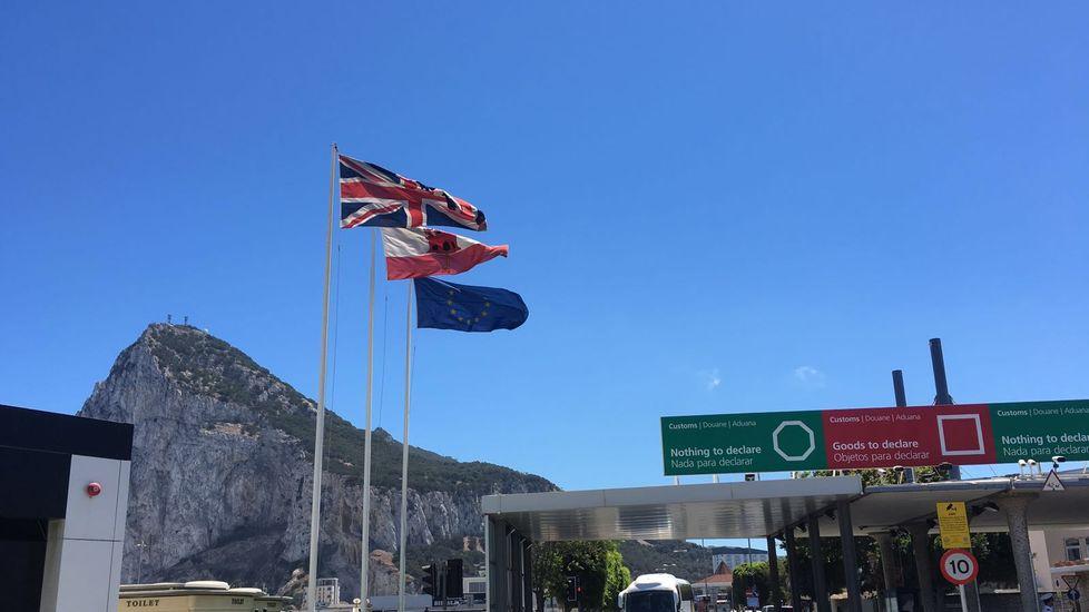 Bandera de la UE junto a las del Reino Unido y Gibraltar en la frontera