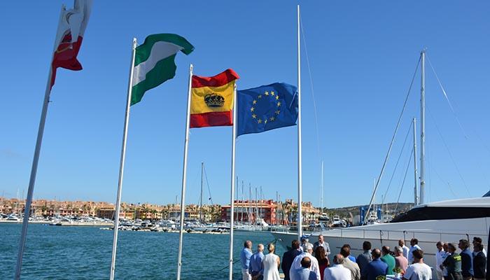Imagen del acto en el que se ha izado la bandera azul en el puerto de Sotogrande