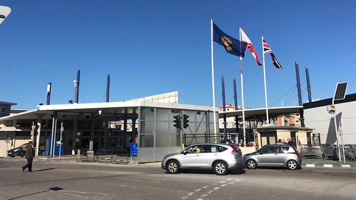 La bandera de la Commonwealth preside la normalidad hoy en el paso de la Verja. Foto Sergio Rodríguez