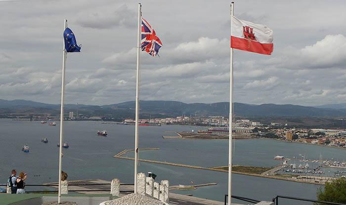 Banderas en el Peñón y la Bahía de Algeciras al fondo