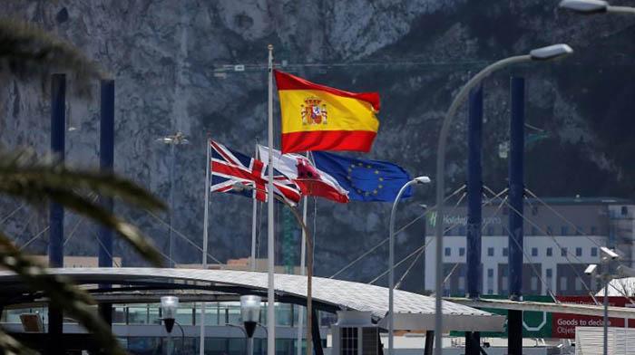 Banderas en el paso de la Verja de Gibraltar. Foto NG