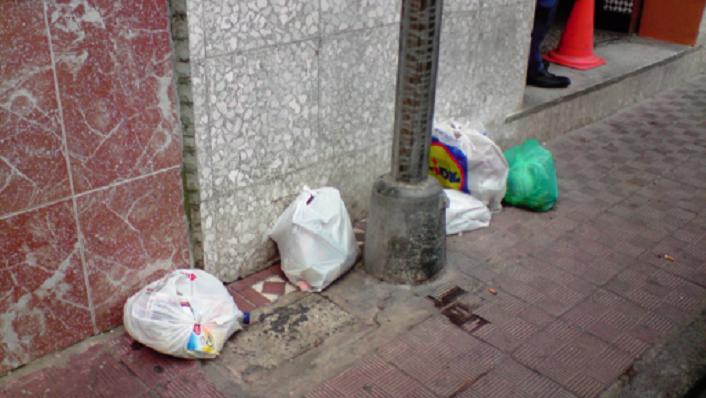 Tirar la basura fuera de horario tiene multa en La Línea
