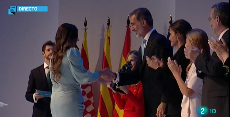 Begoña Arana saludando al Rey Felipe