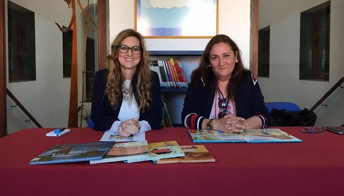 La responsable de la biblioteca y la concejal de Cultura de La Línea