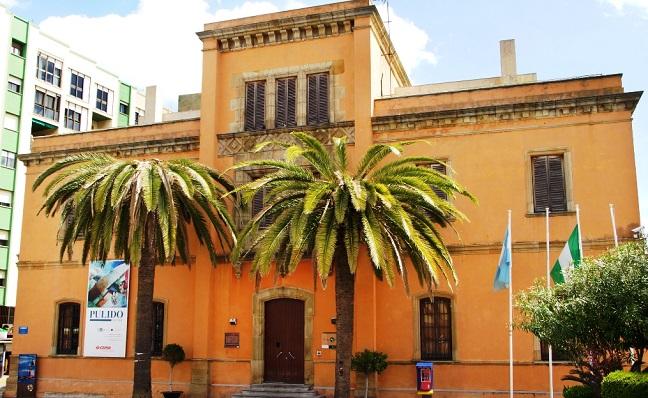 Edificio de la Comandancia, en La Línea, donde se asienta la biblioteca