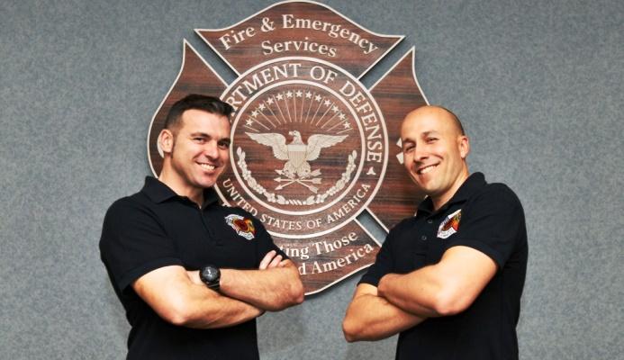 Los dos bomberos españoles, una vez graduados. Foto USAF / Robyn Hunsinger