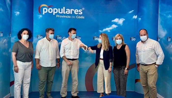 Bruno García se saluda con Ana Mestre en presencia de cargos del partido