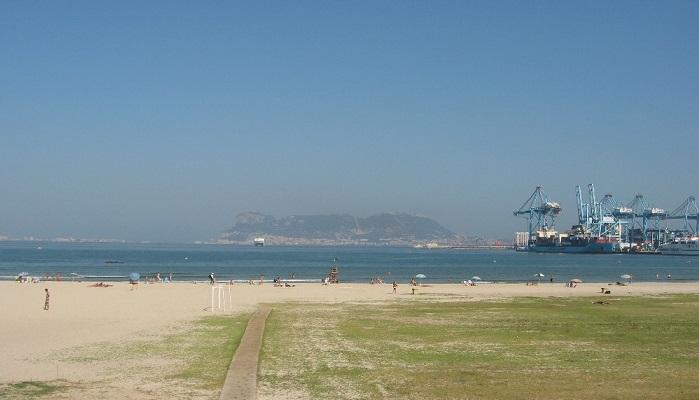 El PP de Algeciras propone un espacio para mascotas en la playa