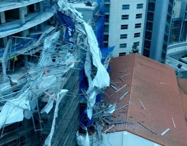 Imagen del andamiaje derribado por el viento