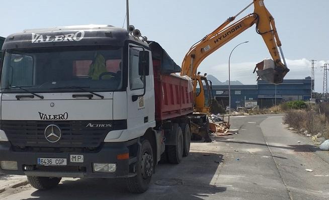 Una de las imágenes de la retirada de dichos residuos