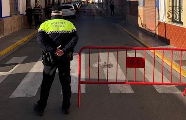 Un agente de la Policía Local junto a un centro educativo de La Línea. Foto: lalínea.es