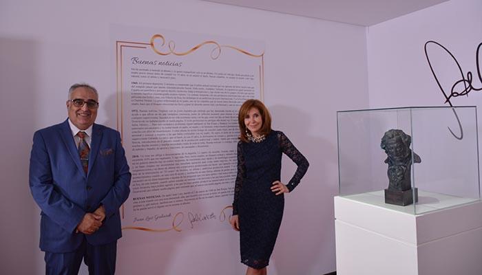 María Elias y César Aldana, junto a la reproducción del manuscrito