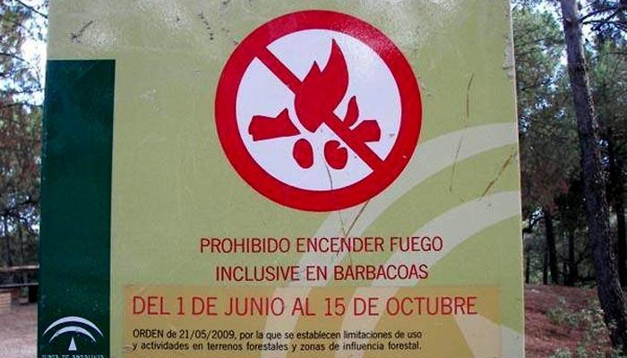 Cartel indicativo de la prohibición de encender fuegos