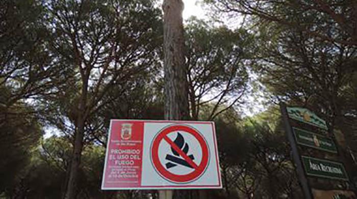 Cartel de advertencia en el Pinar del Rey de San Roque
