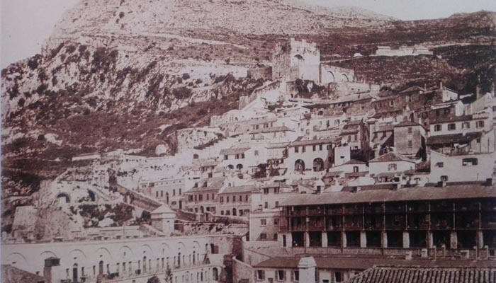 Casamate Square de Gibraltar, con desfile militar (Colección Wilson).