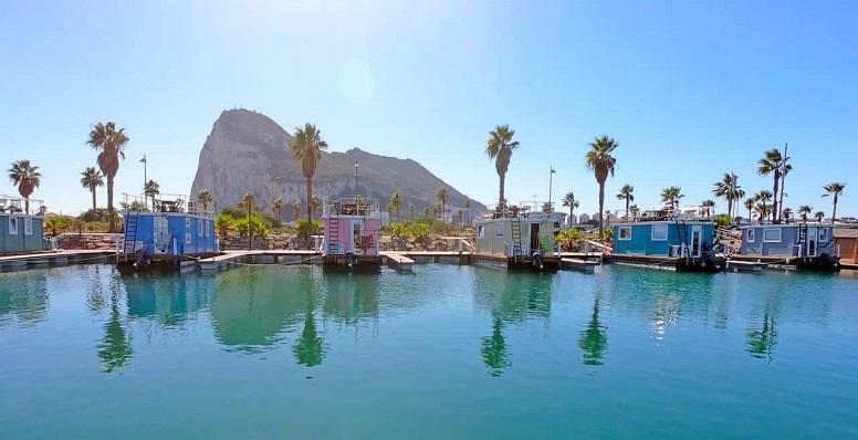 Las denominadas casas flotantes del Puerto Deportivo Alcaidesa Marina