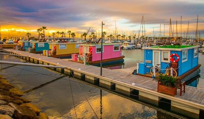 Una imagen de las casas flotantes ubicadas en e Puerto Deportivo de Alcaidesa
